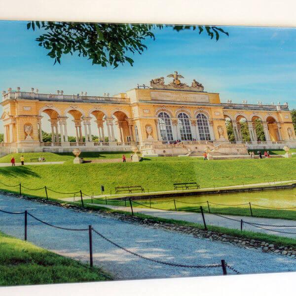 Dieses Acrylbild zeigt die Gloriette beim Schloss Schönbrunn in Wien