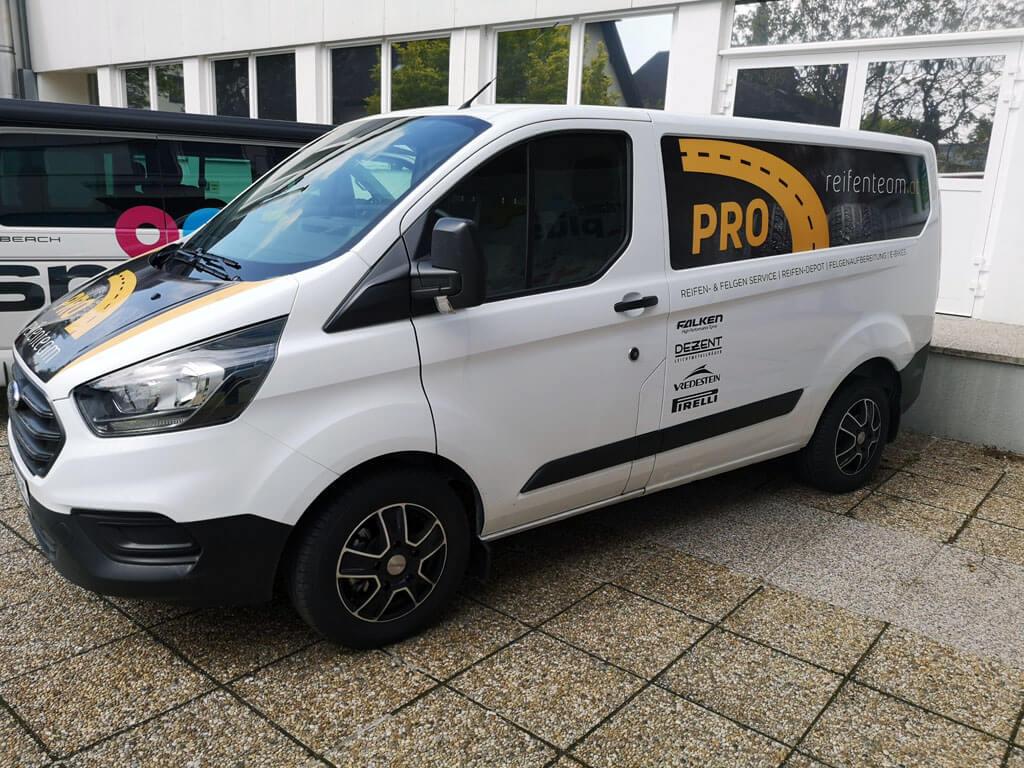 Wir bekleben auch Ihr Fahrzeug, egal ob Kleinwagen oder Reisebus, vom Privatfahrzeug bis zum Nutzfahrzeug - wir von der color4life Druckerei in Enns sind für Sie gerne da!
