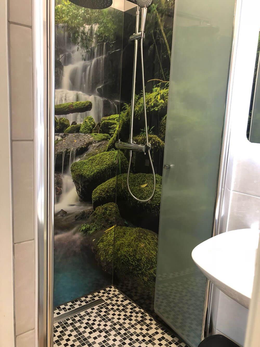 Badezimmer Bedruckt auf Glas für beeindruckende Momente im Bad
