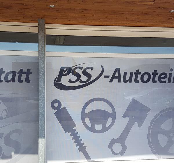 bedruckte Schaufensterfolie mit Lochmuster für PSS Autoteile Handelsgeschäft in Enns