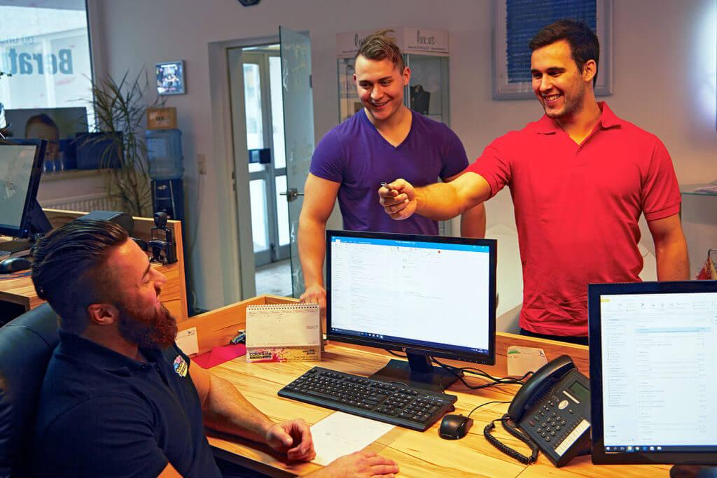 """Zwei Burschen vom Showteam """"The Freaks"""" bingen einen USB Stick mit einem neuen Auftrag der umgehend bearbeitet wird. Hier muss es schnell gehen denn alle sind viel Beschäftigt"""