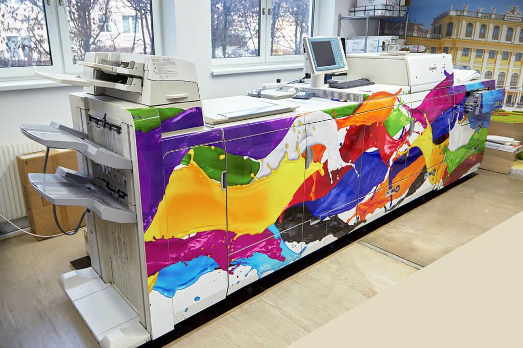 Die Druckerei ist beklebt mit einer selbst ausgedrucketn bunten Folie die zu unseren Firmenfarben optimal passen