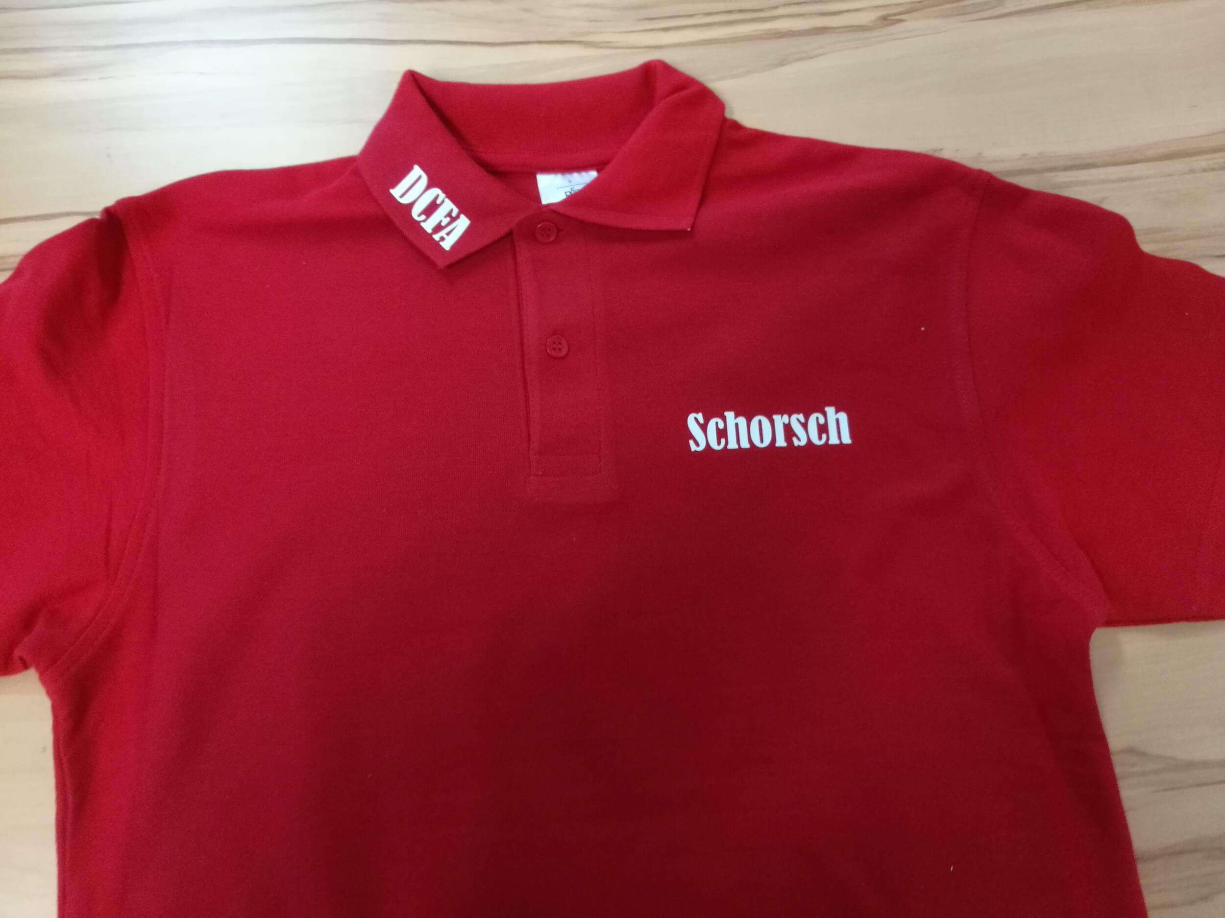 Poloshirt DCFA Schorsch in Rot mit zwei Knöfen, Aufdruck weiss