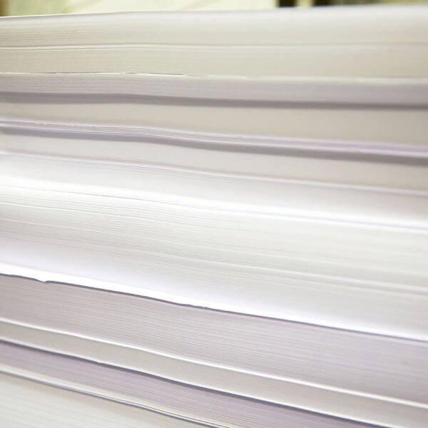 Ein Stapel Papier wartet auf den druck