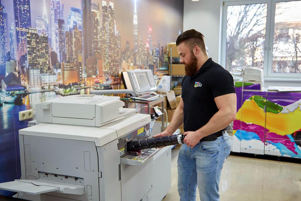 Hier wird ein Toner ersetzt und der Drucker gewartet von Hr. Frattner