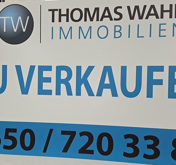 Firmenschild (Zu Verkaufen) Thomas Wahl Immobilien Enns