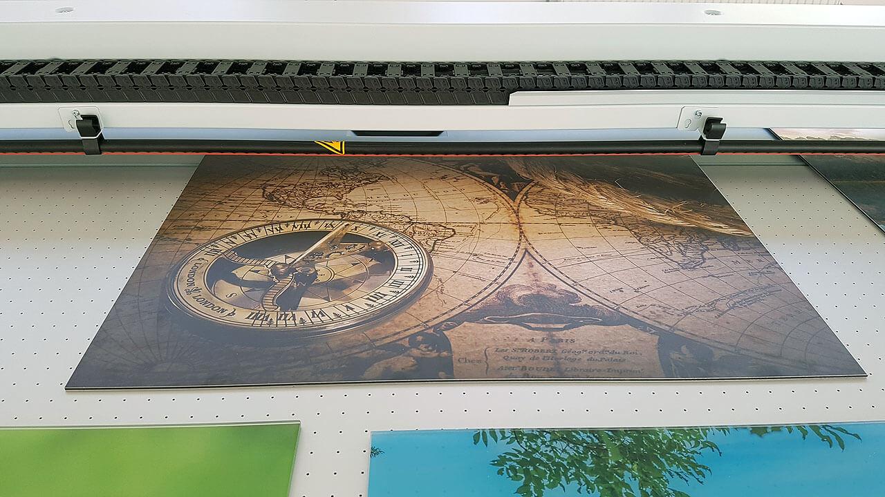 Hier wird gerade eine gebürstete Aluplatte bedruckt, das ergibt ein schönes Wandbild