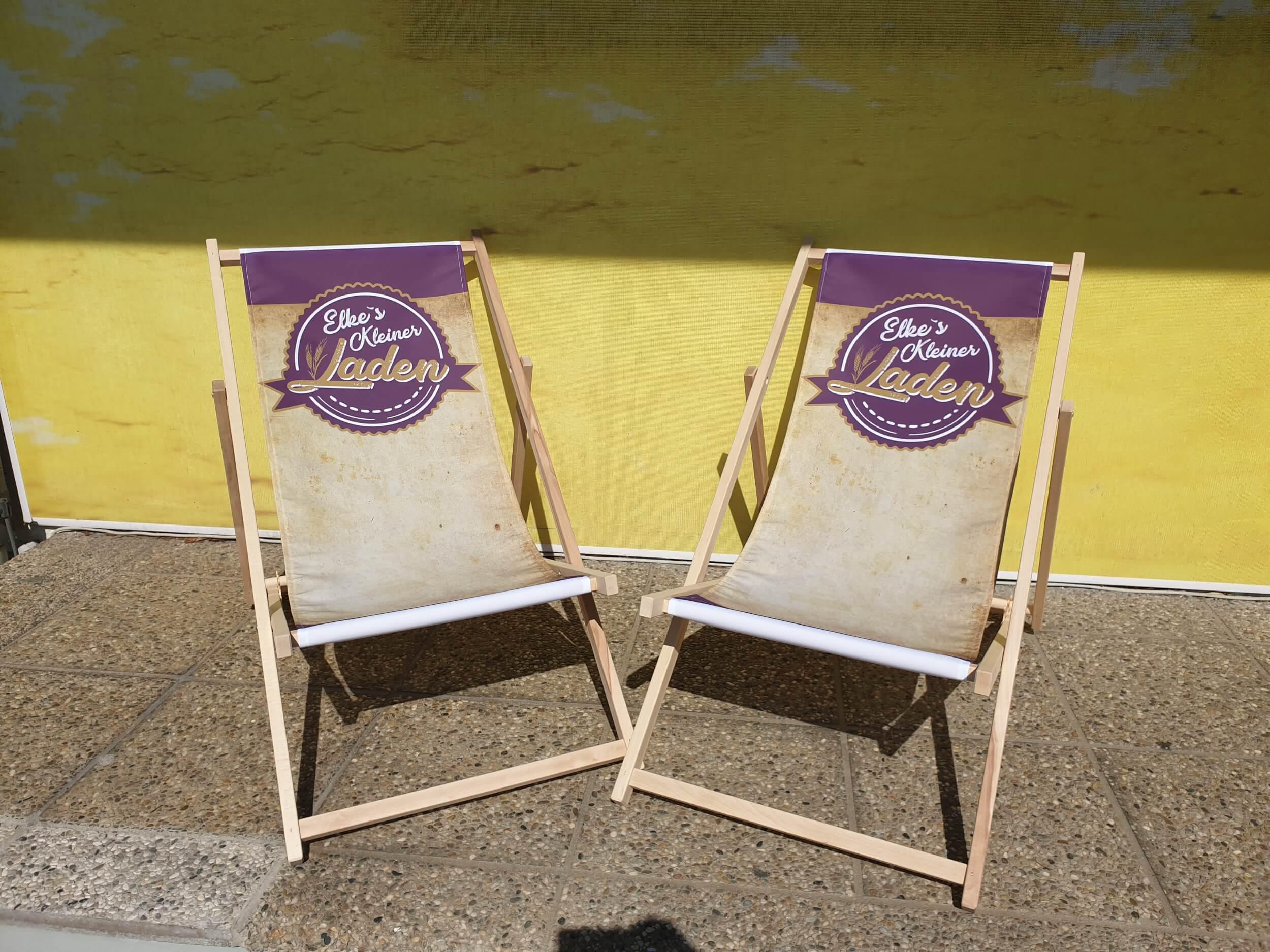 Liegestühle mit bedruckter Oberfläche