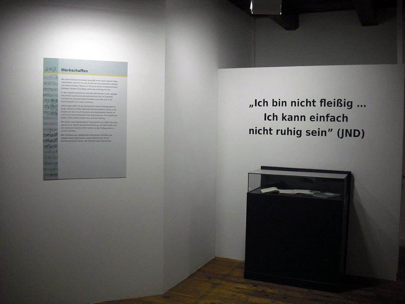 Klebebeschriftung für ein Museum in Schwarz