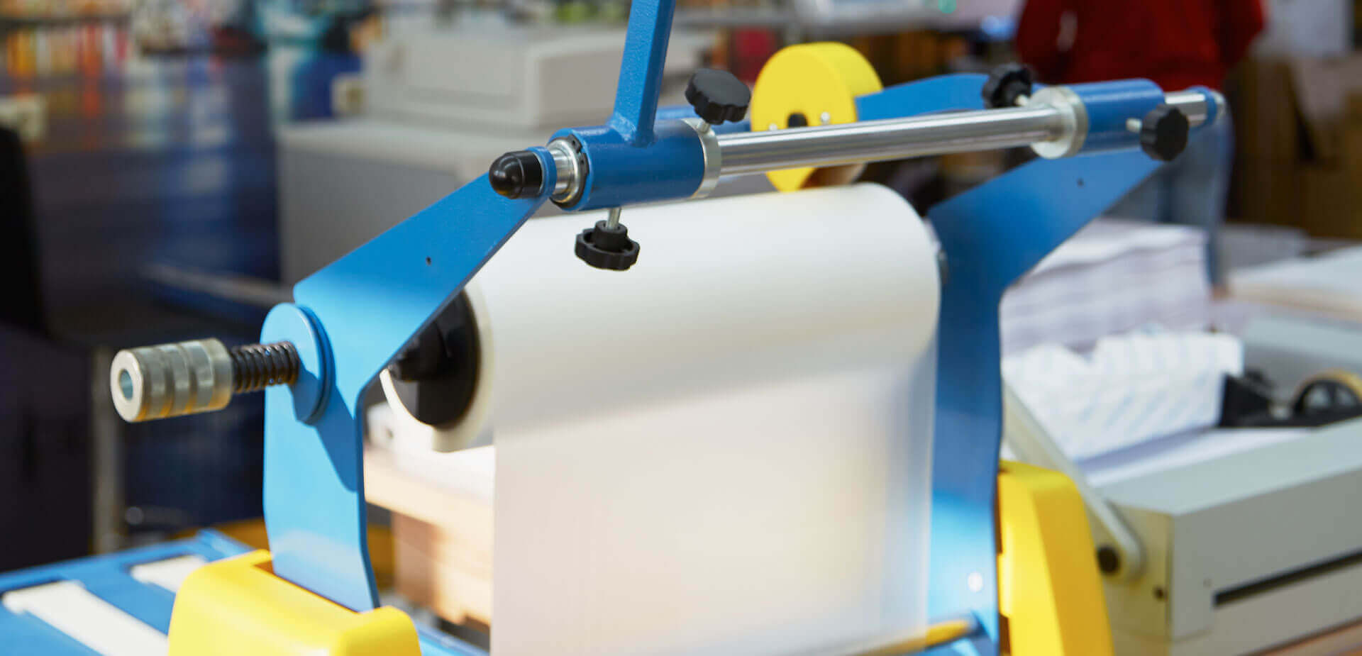Das Laminiergerät hat eine Endlosrolle und laminiert so bis zu 10.000 A4 Bögen auf einmal