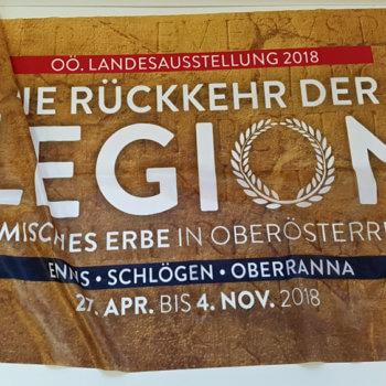 Bedrucktes Flaggenbanner zum Thema Römisches Erbe in Oberösterreich