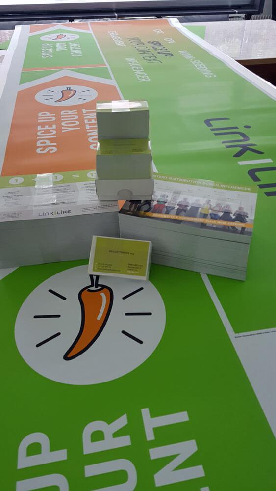Messebedarf der Linkilike Gmbh aus Linz mit Aufklebern, Flyer, Visitenkarten mit Glanzeffekt
