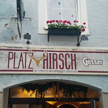 Stadtheuriger Enns Platzhirsch - Eingangsschild über Tor