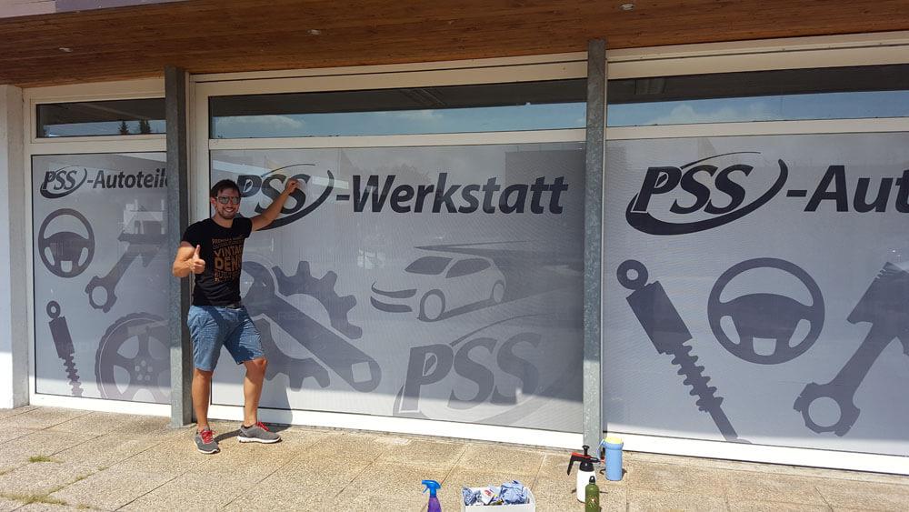 PSS Werkstatt Schaufensterbeklebung mit Lochfolie
