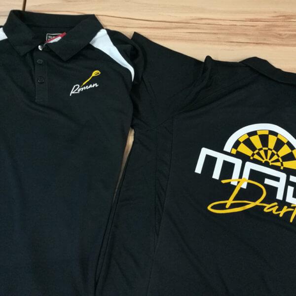 MAD Darters: Schwarze Vereinsshirts mit Logo bedruckt