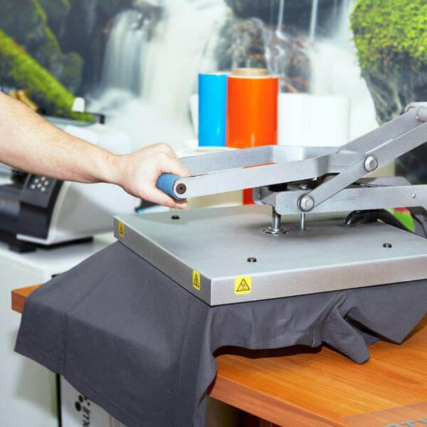 Detailaufnahme der T-Shirtpresse in der Druckerei