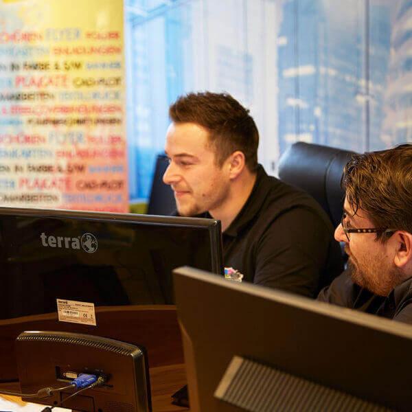 Hier arbeiten Rudi aus St. Valentin und Ernst aus Pregarten am Computer für Ihre Kunden